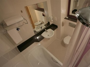 Premier Inn Abu Dhabi International Airport Abu Dhabi - Ensuite Bathroom
