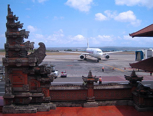 https://netmobius.freetls.fastly.net/images-dps/bali_airport1.jpg