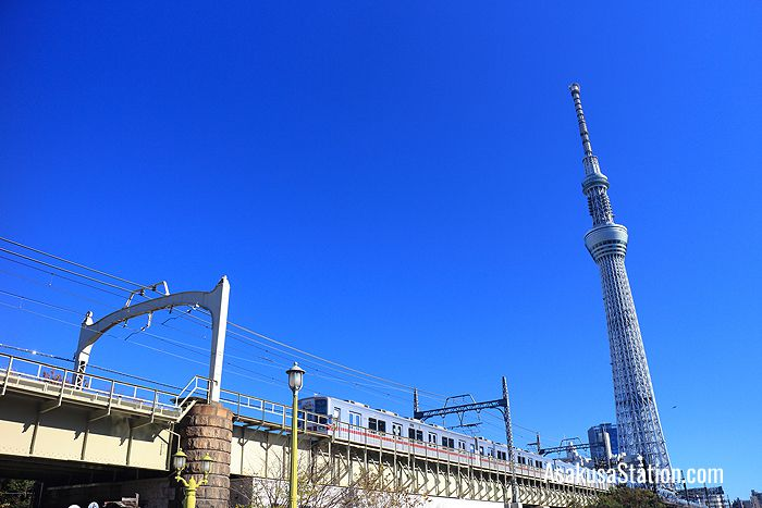 A local train crossing the Sumida river between Tokyo Skytree and Tobu Asakusa stations