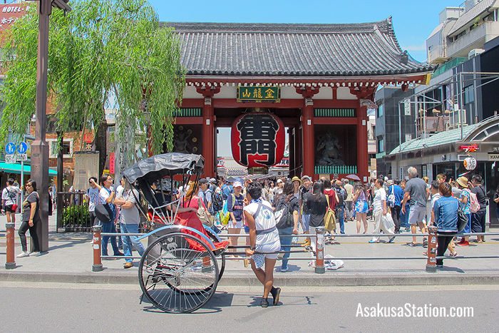 A rickshaw driver stops to admire the Kaminarimon Gate