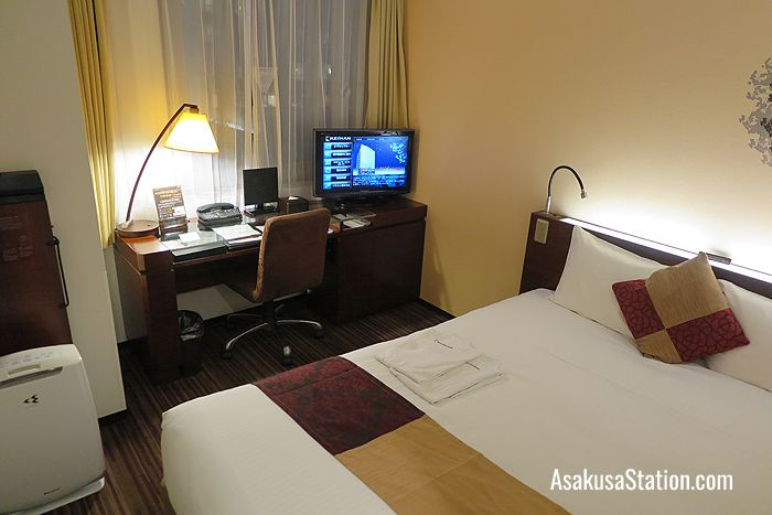 A room with a semi-double bed