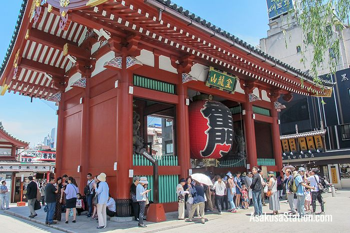 Kaminarimon is a popular spot for commemorative photos