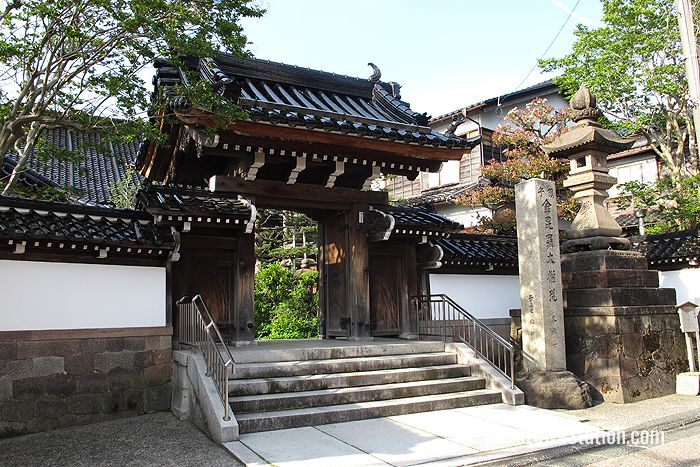 Entrance to Raikyoji temple