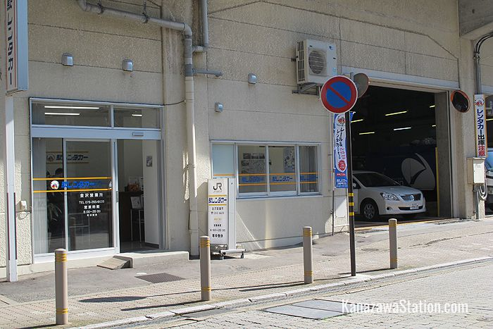 JR Ekiren runs the official Kanazawa Station rental car shop. You can find it attached to the station building's west side just across from the Hiraoka Shrine
