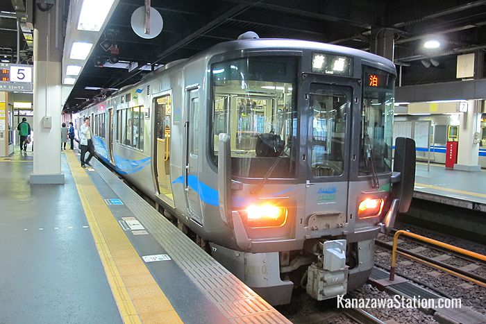 An Ainokaze Toyama local train bound for Tomari at Kanazawa Station