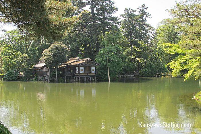 Kasumigaike pond and the Uchihashi-tei tea house