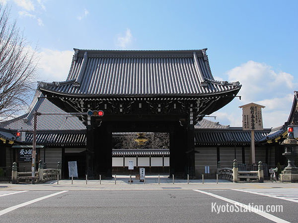 The Goeido-mon is the main entrance to Nishi Honganji