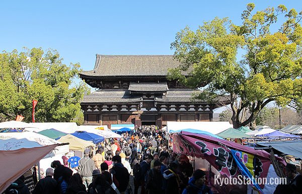 Toji Temple on market day