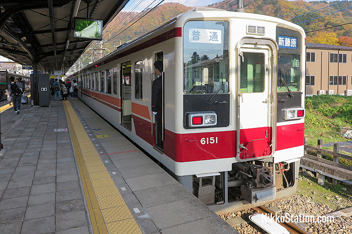 A local train bound for Shin-Fujiwara Station at Kinugawa-Onsen Station