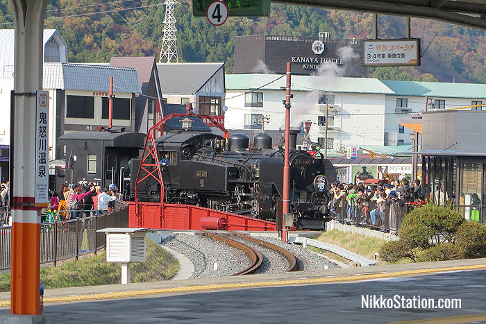 Crowds watching the rotating engine at Kinugawa-Onsen Station's turntable