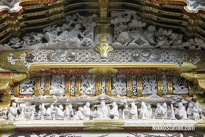 A detail of the Karamon's carvings