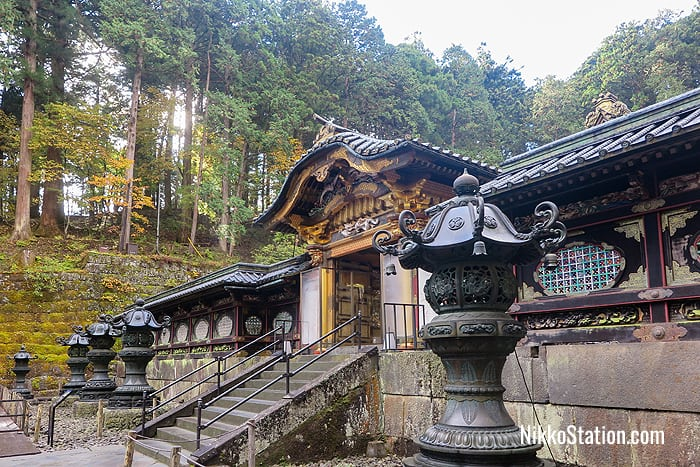 A side view of the Karamon Gate at Taiyuin Temple