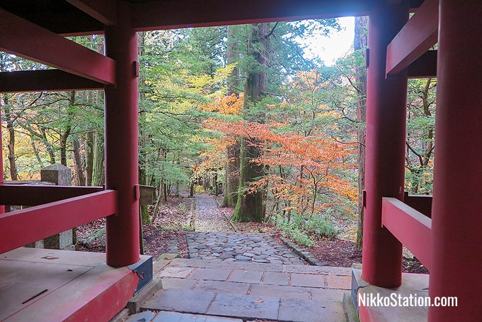 The path back from Takinoo Jinja viewed from the Romon gate