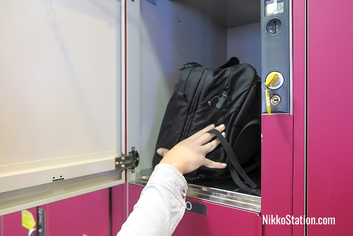 Placing luggage in a locker