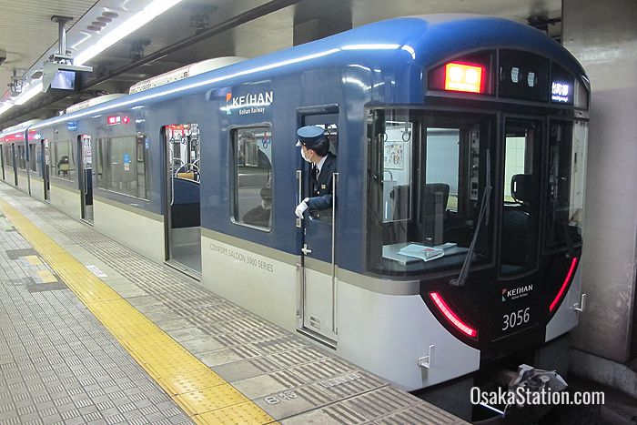 A through train from Nakanoshima Station bound for Demachiyanagi Station in Kyoto