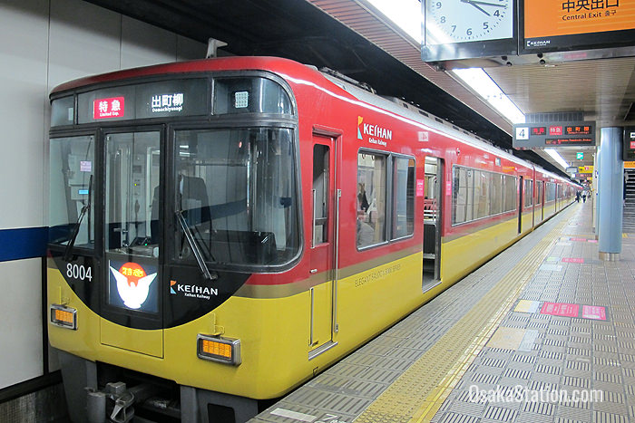 A train bound for Kyoto at Yodoyabashi Station