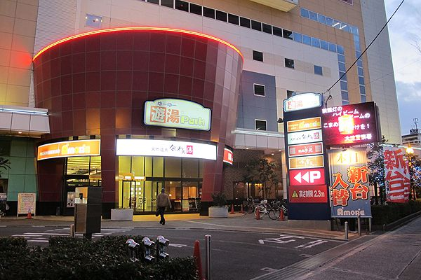 The entrance to Naniwa-no-Yu is located on the 8th floor of the Yu-Yu Park entertainment complex