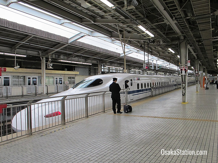 A shinkansen train at Shin-Osaka station bound for Shin-Kobe