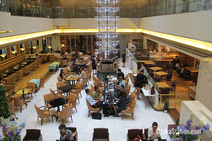 Restaurants on the 19th floor encircle the large open River Head Lounge which is flooded with natural light from the glass ceiling above