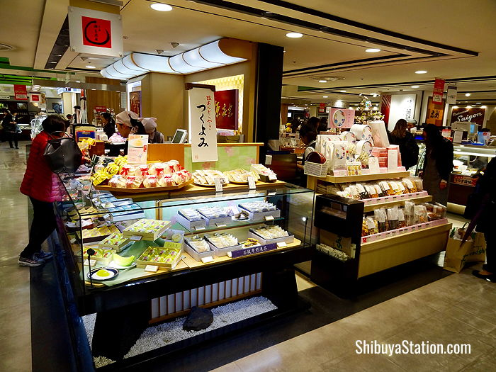 Japanese and Western sweets, as well as baked goods, fruits, and bento boxes, are on offer in the Toyoko Noren-gai basement food floor of Shibuya Mark City