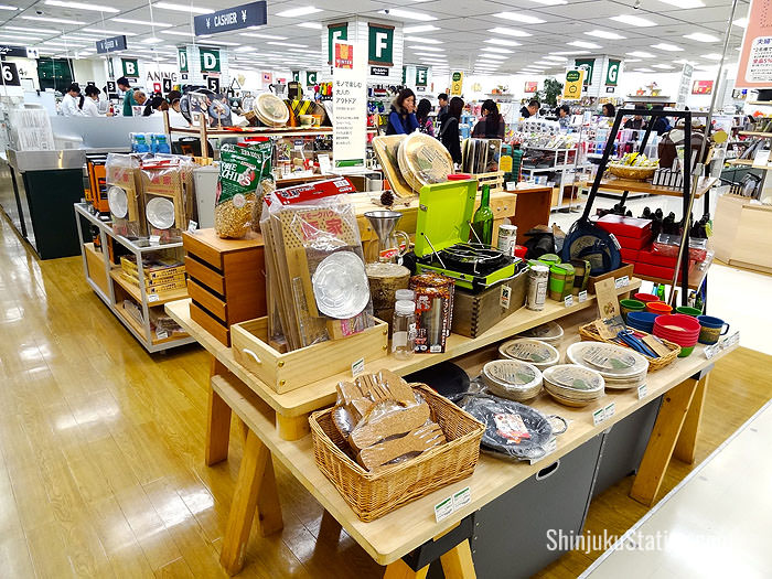 Picnic sets are one example of the many outdoor goods at Tokyu Hands