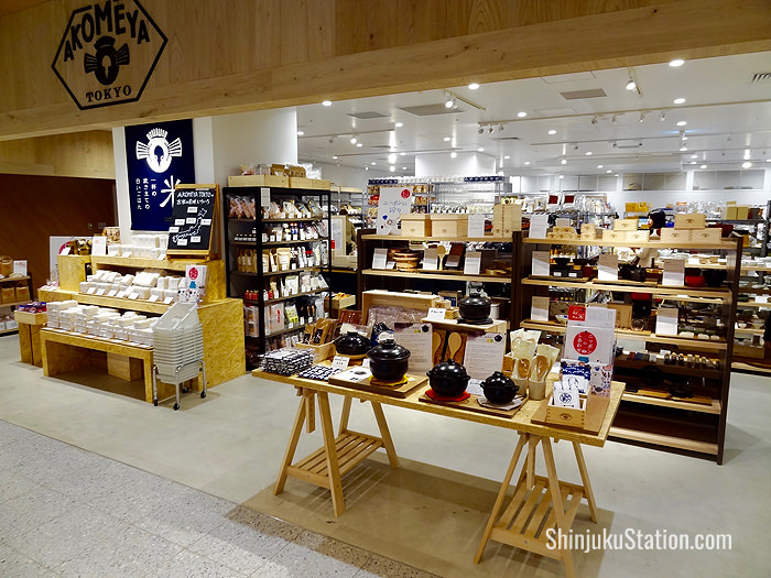 Akomeya Tokyo specializes in rice and related products such as masu cypress measuring cups, also used to drink sake