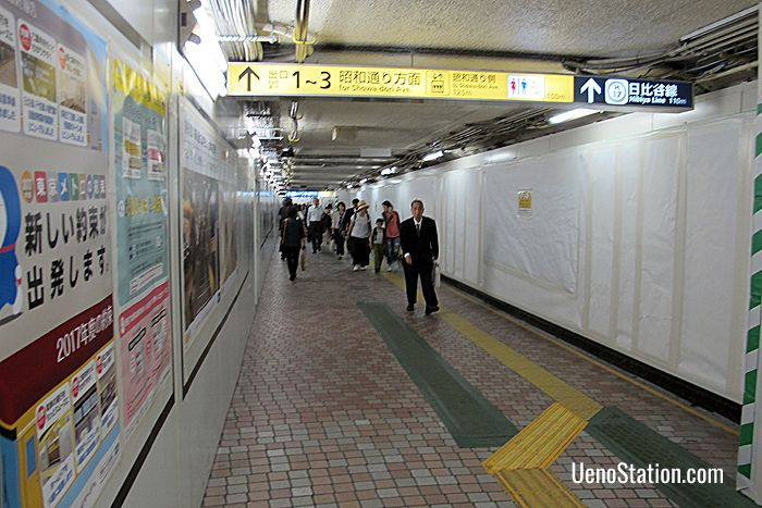 The passageway between the Ginza Line West Gate and the Hibiya Line South Gate