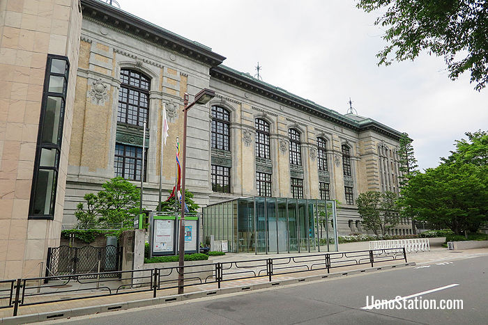 The main building of the International Library of Children's Literature is a Renaissance-style Meiji era brick building which was formerly the Imperial Library
