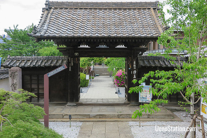 The entrance to Jomyoin was built between 1716 and 1735